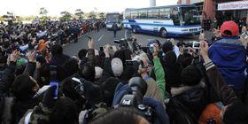 二重三重の人垣をつくってイチロー外野手らWBC日本代表候補の選手を迎えた観客=2009年2月、宮崎市・サンマリンスタジアム宮崎