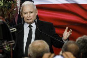 13日、ポーランド・ワルシャワで支持者に話す「法と正義」を率いるカチンスキ氏(ゲッティ=共同)