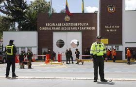 17日、爆発が起きたコロンビア・ボゴタの警察学校の入り口で警備する警察官ら(AP=共同)