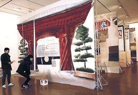 5枚の巨大な絵を前後に配置し、金沢駅を表現した作品=金沢21世紀美術館