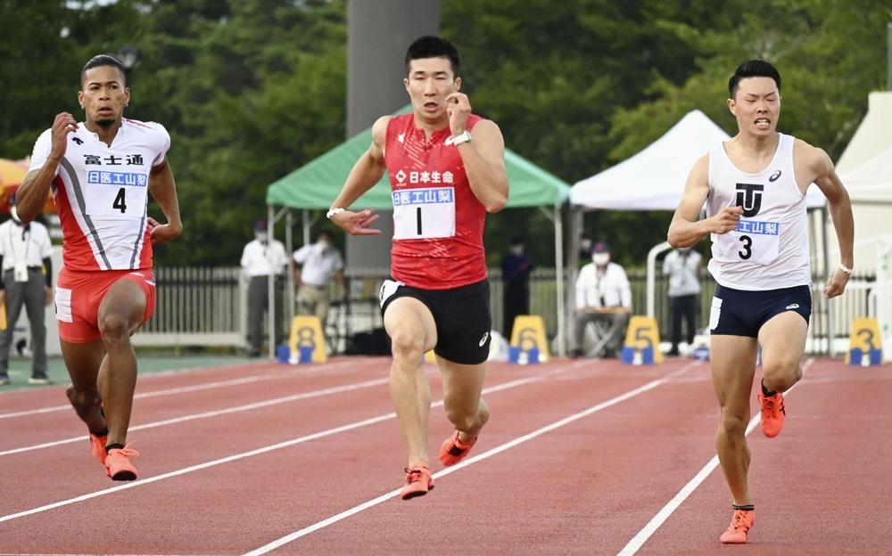 今季初戦となった山梨県富士吉田市で行われた競技会に臨む桐生祥秀(中央)。100メートル決勝を10秒04の好タイムで優勝した=1日、富士北麓公園陸上競技場