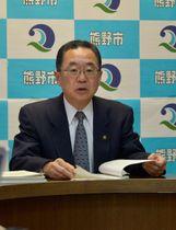 【平成31年度当初予算案を発表する河上市長=熊野市役所で】