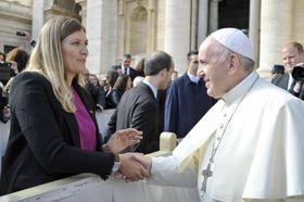 ローマ法王フランシスコ(右)の一般謁見に参列するICANのフィン事務局長=6日、バチカン(バチカン提供・共同)