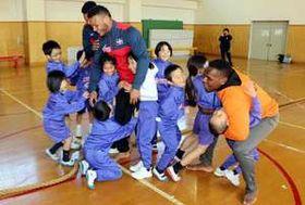 ドミニカ共和国の柔道選手と交流する芸北小の児童たち