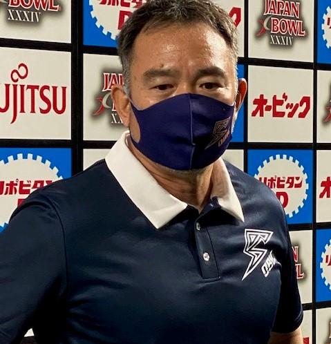 ジャパンエックスボウルの試合後の記者会見で質問に答えるオービックの大橋誠ヘッドコーチ=2020年12月15日、東京ドーム