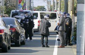 女性が刺されたアパート付近を調べる捜査員=26日午後2時34分、東京都杉並区