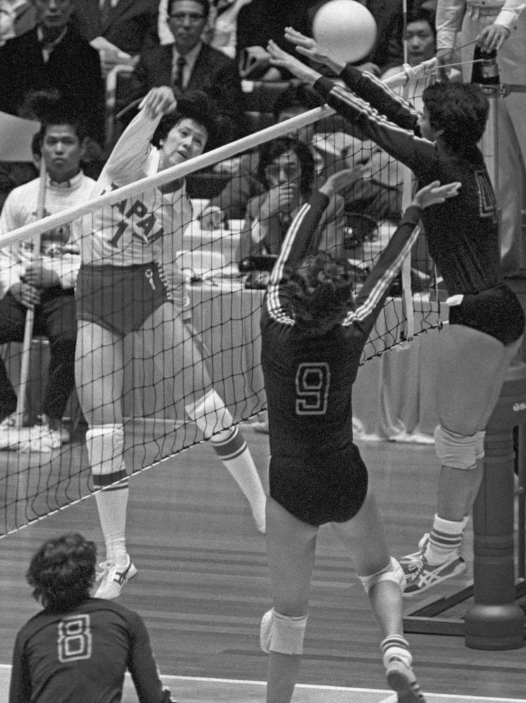 1977年に開催されたバレーボール女子ワールドカップの日本―ハンガリー戦でスパイクを放つ前田悦智子=東京・国立代々木競技場