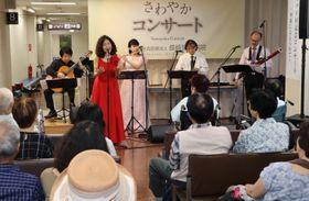 300回目の「さわやかコンサート」で演奏と歌を披露する音楽家ら=長崎市、長崎記念病院