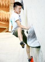 ボルダリング競技の男子1部で優勝した日体大の吉井玲雄=6月2日、福井県池田町池田中