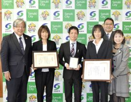 大山市長(左端)に最優秀賞受賞を報告したヌーベルさんがわの関係者=さぬき市役所