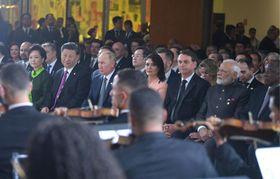 13日、ブラジリアでコンサートを鑑賞する習近平中国国家主席(左から2人目)など新興5カ国(BRICS)首脳ら(タス=共同)