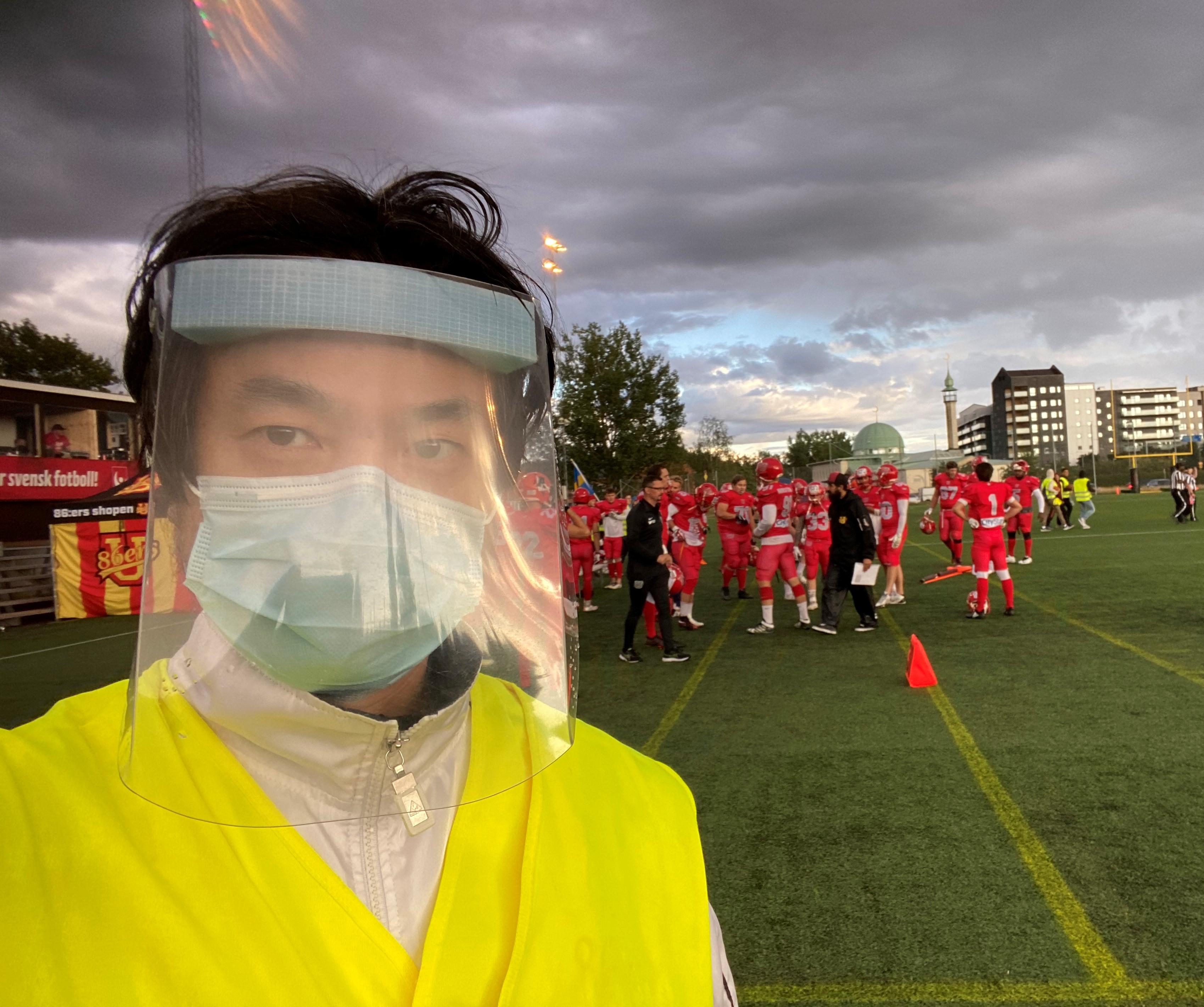 チームドクターとしてサイドラインから試合を見守る山本慎治医師=提供:山本慎治さん
