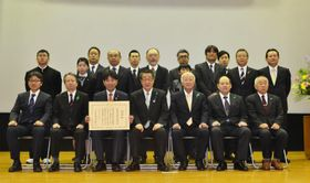 日本農業遺産の認定を受けた県南予地域農業遺産推進協議会の関係者ら=19日午後、東京・霞が関