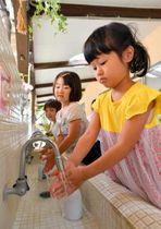 予防のため園児に手洗いやうがいを徹底させるなど、施設はインフルエンザへの警戒を強めている=20日、宮崎市・認定こども園大塚