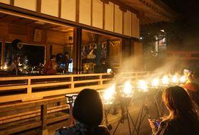 かがり火の中で繰り広げられた「YAKUSHIMA TREASURE」の奉納演奏と河村さんのライブコラージュ=14日夜、壱岐市芦辺町の男嶽神社