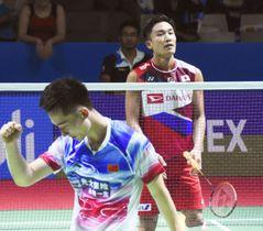 男子シングルス2回戦で、中国選手(手前)に敗れた桃田賢斗=ジャカルタ(共同)
