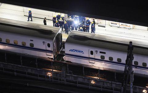 車両所に移動するため、台車に亀裂が見つかった「のぞみ34号」の13号車(右)と切り離された14号車=15日未明、JR名古屋駅