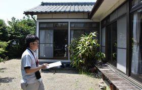 空き家バンクに登録する家屋の状態を確認する町総合政策課の職員