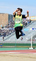 力強い踏み切りから鮮やかな跳躍を見せる及川一枝=福井県営陸上競技場