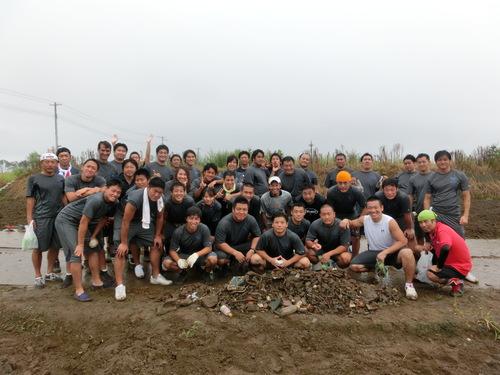 被災地でがれき撤去などのボランティア活動をする東京ガスの選手たち=写真提供:東京ガスクリエイターズ