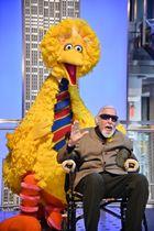 キャロル・スピニー氏とビッグバード=11月8日、米ニューヨーク(ゲッティ=共同)