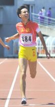 【男子400メートル決勝】48秒47で優勝した土佐の大野心碧(香川県立丸亀競技場)