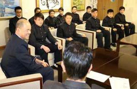 平谷市長(手前右)に意気込みを語る尾道高のラグビー部員たち