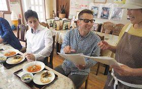 「かあさん家」店長の中曽根さん(右)に料理の助言をするハンガリー大使館の関係者
