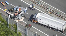 大型トラック(右)が乗用車に追突した事故現場=13日午後2時49分、滋賀県竜王町の名神高速道路上り線(共同通信社ヘリから)