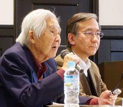 沖縄の基地問題について講演する土屋源太郎さん(左)=24日午後、東京都新宿区