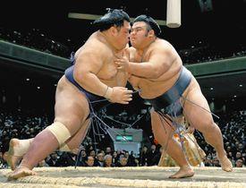 貴景勝(右)が押し出しで阿武咲を破る