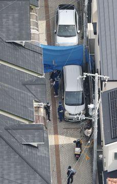 複数人がボーガンで撃たれたとみられる現場付近を調べる捜査員=4日午後2時18分、兵庫県宝塚市(共同通信社ヘリから)