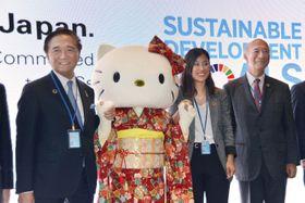 国連の持続可能な開発目標(SDGs)閣僚級会合の関連行事に参加した「ハローキティ」と神奈川県の黒岩祐治知事(左端)ら=16日、米ニューヨーク国連本部(共同)