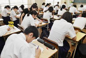夏休みに英語の補習を受ける高校2年生。GTEC対策もしていた(高知市内の県立高校)