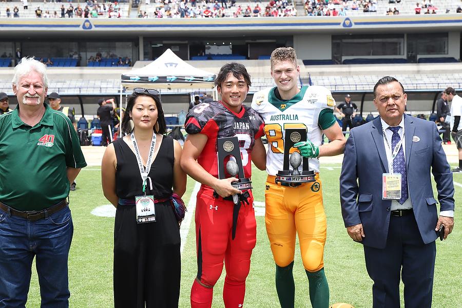 日本のゲームMVPに選ばれたRB小田賀(中央)=写真提供・日本アメリカンフットボール協会