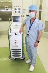 前立腺肥大症のレーザー治療に使うPVPの装置と原三信病院の山口秋人顧問=福岡市