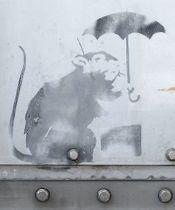 防潮扉に描かれた、バンクシーの画風に似ているネズミの絵=1月、東京都港区(東京都提供)