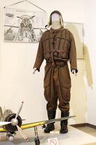 飛行手袋とゴーグルが盗まれた三重海軍航空隊展示室のマネキン=16日夜、津市の香良洲歴史資料館