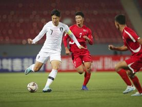 平壌の金日成競技場で行われたサッカーW杯アジア2次予選の北朝鮮戦で攻め込む韓国の選手(左)=15日(韓国サッカー協会提供・共同)