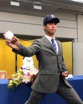 投球フォームを披露するドラフト3位の松岡
