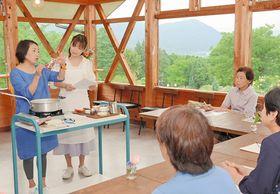 ハーブと発酵について解説する花房美香さん(左端)と井沢由美子さん(左から2人目)