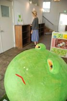 印象的な表情で訪れる人を出迎えるカエルのアート作品(木津川市木津・市情報発信基地キチキチ)