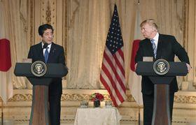共同記者会見をする安倍首相(左)とトランプ米大統領=18日、米フロリダ州パームビーチ(共同)