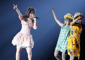 熊本県益城町で開催された「東京ガールズコレクション」で、歌を披露するきゃりーぱみゅぱみゅさん(左)=20日午後