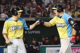 ロッテ戦の5回、この試合2本目の本塁打となる2ランを放ち、一走田中賢(左)に迎えられる日本ハム・大田=東京ドーム