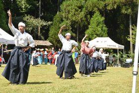 兵児踊りを披露する栗下地区の子どもたち
