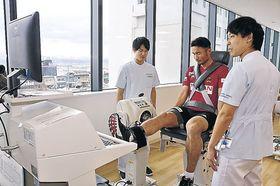 測定機器を使って筋力を調べる作田選手=内灘町の金沢医科大