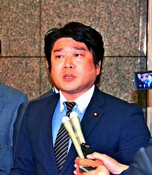 県内にある米軍機全機の飛行停止を求める考えがないことを明らかにした山本朋広防衛副大臣=13日、防衛省