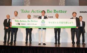来年2月に変更された湘南国際マラソンをPRする大会関係者=4日午後、東京都港区