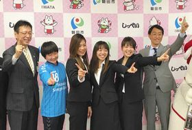 今シーズンの活躍を誓う静岡産業大磐田ボニータの選手ら=磐田市役所で